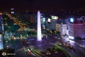 アルゼンチンで3月1~11日に10回公演を行った神韻巡回芸術団。ブエノスアイレスのオベリスクを写真に収める(撮影:ダンサー、エドウィン・フ)