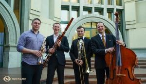 米エスコンディードのカリフォルニア州芸術センターの前に集まった神韻オーケストラの団員たち。(左から)首席トランペット奏者ウラジーミル・ツェムツォフ、首席ファゴット奏者アレクサンドル・ヴェリチコ、首席トロンボーン奏者パヴロ・バイシェフ、首席コントラバス奏者ユライ・クカン(撮影:打楽器奏者、ティファニー・ユ)