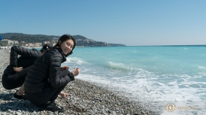 Principal Dancer Hsiaohung Lin and a fellow dancer enjoy the mild weather along the coast in Nice. (Photo by percussionist Tiffany Yu)