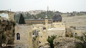 Widok z balkonu Dolnej Dzielnicy Żydowskiej nad schodami prowadzącymi na poziom Ściany Płaczu. (fot. Tiffany Yu)