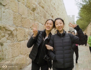 Główne tancerki Angelia Wang (po lewej) i Melody Qin w starej części Jerozolimy. (fot. Tiffany Yu)