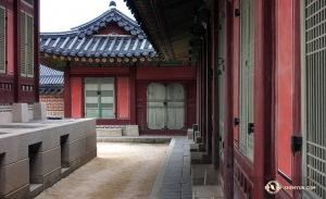 Zespół Shen Yun International Company odwiedził cztery miasta, w których dał dziesięć występów, i dodatkowo udało mu się znaleść czas na eksplorację budynków pałacowych z czasów dynastii Joseon. (kinooperatorka Annie Li)