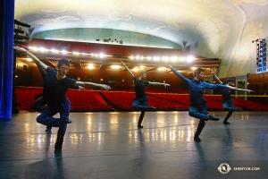 Tymczasem chłopcy rozgrzewają się wewnątrz Bridges Auditorium w Pomona College. (tancerz Jeff Chuang)
