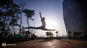 Tymczasem na zewnątrz Ulsan Culture Art Center tancerz Scott Xu również kontynuuje rozgrzewkę. (tancerz Nick Zhao)