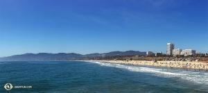 Po drodze z Costa Mesy do Thousand Oaks zespół Shen Yun World Company zatrzymał się przy Santa Monica Beach. (kinooperatorka Regina Dong)