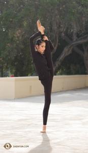 Tancerka Liz Lu rozciąga sięna zewnątrz Bridges Auditorium w Claremont, California. (tancerka Stephanie Guo)