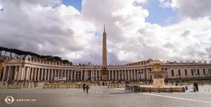 Na ogromnej przestrzeni Placu św. Piotra zachwycamy się antycznym egipskim obeliskiem i pięknymi fontannami. (główny tancerz Kenji Kobayashi)