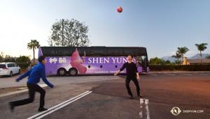 Po dwóch i pół dniach jazdy do Kalifornii tancerze Leo Li i Rocky Liao zagrali w piłkę, ciesząc sięciepłą pogodą. (tancerz Ben Chen)