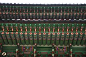 서울에 위치한 경복궁의 아름다운 색상의 단청무늬. (Photo by Annie Li)