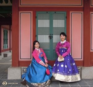 옛날 건물 앞에 선 얼후이스트 린다 왕과 일본 사회자 샹메이. 참 잘 어울려 보이지 않나요? 이 건물은 1395년에 지어졌답니다.