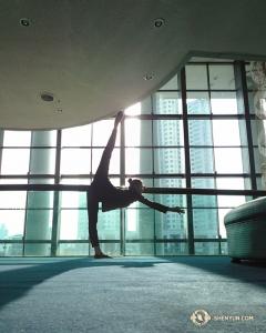Po zwiedzaniu tancerka Olivia Chang rozciąga się za kulisami przed pierwszym występem w Ulsan Culture Art Center in South Korea. (Kexin Li)