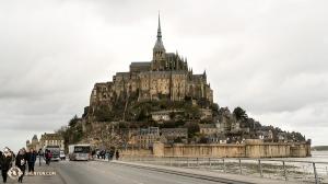 Mijając Normandię we Francji widzieliśmy słynne wzgórze Mont Saint-Michel. Dowiedzieliśmy się, że liczba mieszkańców na tej maleńkiej wyspie to zaledwie 50 osób! (perkusistka Tiffany Yu)