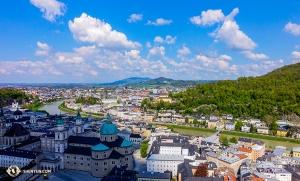 Z twierdzy w Salzburgu można zobaczyć duży obszar miasta i rozległy krajobraz. (tancerz Felix Sun)