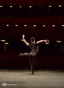 Po rozkoszowaniu się widokiem kwiatów czereśni, główny tancerz Xinghao Che korzysta ze sceny w Kennedy Center Opera House, aby rozgrzać mięśnie. (Edwin Fu)