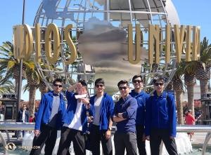 Wizyta w Kalifornii nie byłaby kompletna bez wizyty w Universal Studios. Tancerz Chad Chen (od lewej), Ben Chen, Leo Lee, przewodnik po LA Sam Pu, tancerz Jun Liang i Daniel Sun odwiedzają słynny park tematyczny LA w dzień wolny od występów w Microsoft Theater. (kierownik produkcji Gregory Xu)