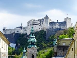 Po drugiej stronie świata Shen Yun New York Company odwiedza Salzburg, Austria, by obejrzeć dwa występy. Na uwagę zasługuje słynny zamek Hohensalzburg, wznoszący się na wzgórzu nieopodal teatru. (tancerz Tony Zhao)