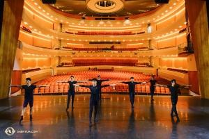 Tymczasem tancerze Shen Yun World Company w San Luis Obispo w Kalifornii wspólnie próbują zapoznać się ze sceną Performing Arts Center. (tancerz Jeff Chuang)