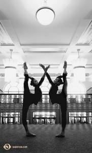 W Aurorze, w stanie Illinois, w holu teatru Paramount, tancerka Huiyi Fan i główna tancerka Kaidi Wu stoją w symetrycznych pozach. Ze względu na popularność i duże zapotrzebowanie, do harmonogramu w tym teatrze dodano siódmy występ. (Ye Jin)