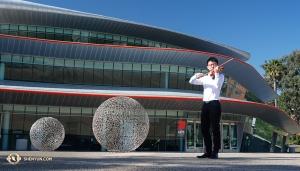 Skrzypek Tseyu Chang postanowił zaczerpnąć odrobiny świeżego powietrza podczas rozgrzewki na zewnątrz Performing Arts Center w San Luis Obispo. (tancerz Ben Chen)
