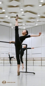 W sali do ćwiczeń tancerka Cecilia Wang trzyma nogę uniesioną w górę pod kątem 180 stopni. (Rachael Bastick)