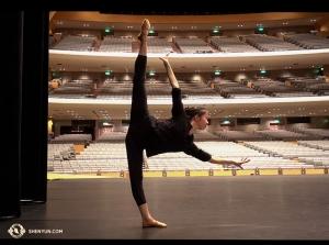 Następnie w Japonii tancerz Hannah Rao spokojnie rozgrzewa się na scenie Sali Kongresowej w Nagoi. Japońska część trasy właśnie się zakończyła, ale nie możemy doczekać się występu w Kraju Wschodzącego Słońca w przyszłym roku! (kinooperatorka Annie Li)