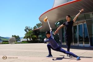 Tancerze Leo Yin i Bill Xiong stają się bohaterami przed jednym z dwóch koncertów w San Luis Obispo. (Jeff Chuang)