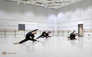 Dziewczyny z zespołu, mając do dyspozycji w teatrze studio tańca, korzystają z okazji do wspólnych ćwiczeń. (Rachael Bastick)