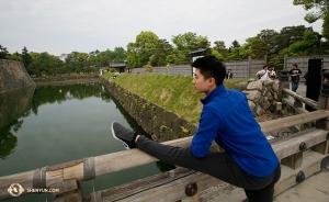 二条城の堀を眺めながらストレッチもしているプリンシパル・ダンサー、ロイ・チェン(撮影:ダンサー、ニック・ジャオ)