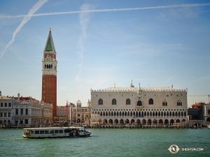 「水の都」として知られるヴェネツィアにはほとんど道路がなく、運河を利用する。左にそびえるのは有名な鐘楼(撮影:ダンサー、フィリックス・スン)