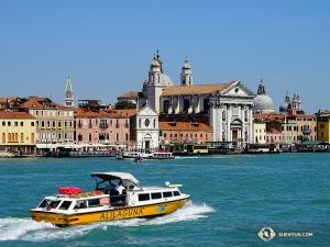 Shen Yun New York Company se vrací do Itálie, aby vystoupila ve Florencii a Miláně. Při cestě se umělcům podařilo zastavit vBenátkách. (Fotil Tony Zhao)