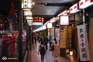 Shen Yun International Company měla v plánu od 17. dubna do 2. května vystoupení po různých městech Japonska. To nabízelo umělcům několik příležitostí vyjít do ulic, aby objevovali lahodné japonské jídlo. (Fotil tanečník Andrew Fung)