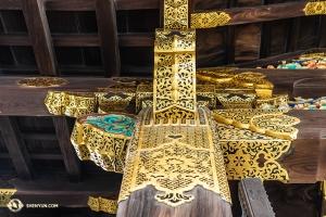 二条城の梁を彩るきらびやかな細工(撮影:アンドリュー・ファン)