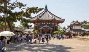 Na rozdíl od rušných ulic města vidíme také budovy, které představují některé ztradičních architektonických stylů Japonska. (Fotil Andrew Fung)