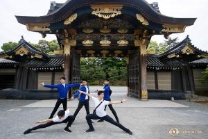 二条城の城門前でポーズをとる神韻国際芸術団のダンサーたち。城門は全部で5つある(撮影:アンドリュー・ファン)