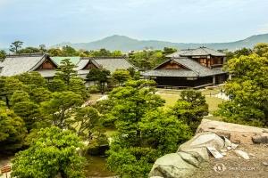 Hrad byl postaven vroce 1603, je tvořen různými budovami a několika zahradami. Tyto budovy jsou součástí paláce Honmaru. (Fotil Andrew Fung)