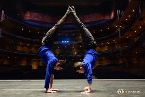 準備演出了! 舞蹈演員曹至傑和李明鴻一起在瓜達拉哈拉Conjunto de Artes劇院的舞台上平衡倒立熱身。神韻在這裡的四場演出全部售罄。(攝影:舞蹈演員傅子源)