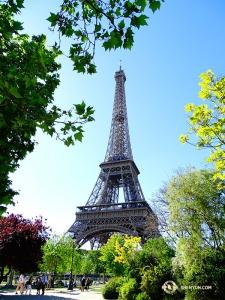 埃菲爾鐵塔——您一定知道我們的神韻紐約藝術團是在哪裡演出了吧? (攝影:舞蹈演員趙錚)