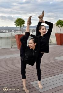 神韻舞蹈演員王純真和領舞周歌一起做「朝天蹬」。 她們怎麼能在嬉笑間完成如此高難度的動作呢?(攝影:舞蹈演員劉宇璇)
