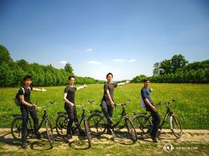 Co robią tancerze w wolny dzień? Oczywiście trochę ćwiczą. Jazdę na rowerze po ogrodach w Versaille uprawia Jack Han, Peter Kruger, Henry Hong i Felix Sun (od lewej). Po dodaniu dodatkowej występu ze względu na dużą popularność Shen Yun, mamy zaplanowanych w Paryżu osiem występów. (Tony Zhao)
