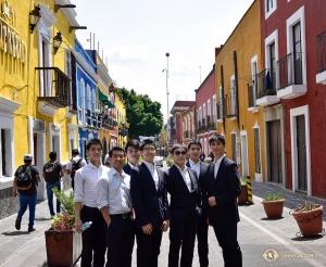 神韻巡迴藝術團的男舞蹈演員們一起探索墨西哥的街頭巷尾。(攝影:神韻舞蹈演員傅子源)
