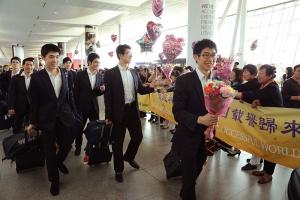 回到家真棒!神韻巡迴藝術團在紐約機場受到粉絲們的熱烈歡迎。(大紀元新聞圖片)