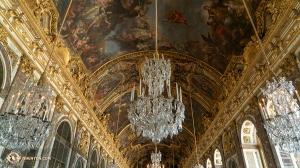 凡爾賽宮著名的鏡廳內精美的吊燈、壯麗的天頂壁畫和華麗的裝飾紋樣。(攝影:打擊樂手余穎心)