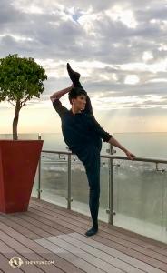 Tancerz Edwin Fu patrzy na Puebla w Meksyku. (Rachel Bastick)