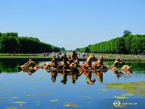 宮殿被美麗的花園和精美的雕像環繞著。(攝影:舞蹈演員趙錚)