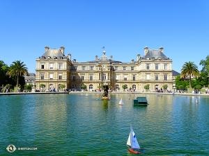 在成為立法機構建築之前,盧森堡宮曾是一個多用途的宮殿——從皇室的寢宮,到監獄,到博物館 。 圖為盧森堡宮的南立面,微型帆船模型漂浮在花園水池中。(攝影:舞蹈演員趙錚)