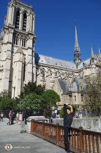 Tancerz Henry Hong pozuje przed Notre-Dame. (Jack Han)
