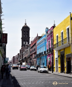 傳統磚砌教堂的背景下,色彩鮮豔的彩繪建築看起來特別奪目。(攝影:舞蹈演員傅子源)