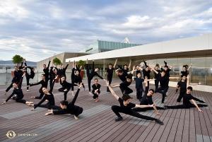 Członkowie zespołu Shen Yun Touring Company stoją wspólnie na balkonie Metropolitan Auditorium w Puebla w Meksyku. (fot. Rachael Bastick)