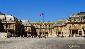 Na obrzeżach Paryża stoi Pałac Wersalski, jest na liście miejsc, które trzeba zobaczyć będąc w tych stronach. (Tony Zhao)