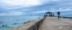 Ocean jest dość spokojny: dobry dzień na kąpiel. (Andrew Fung)
